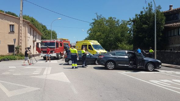 Un accident entre dos vehicles a Les Preses provoca dos ferits lleus i retencions importants